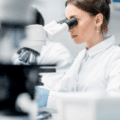 Technolog wdraża produkt w laboratorium